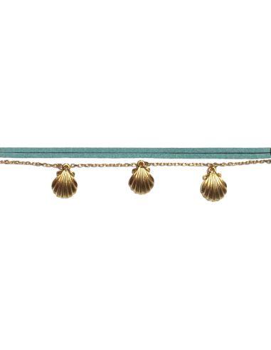 breloques coquillagse et chaîne dorées et suédine bleu