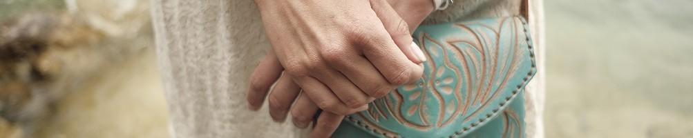 Hiilos : Petits Sacs Bandoulière CARMELITA en Cuir Coloré Repoussé